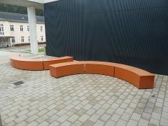 Sitzelemente und Fassade